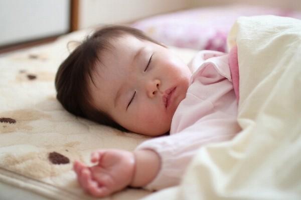 安心してスヤスヤとベッドで眠る赤ちゃんの姿