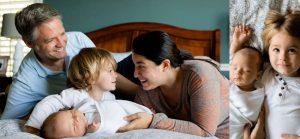 ベッドの上で楽しそうな家族の姿